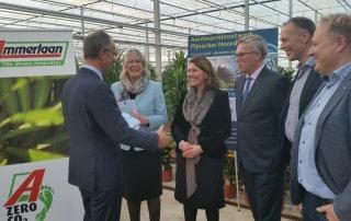 minister Kamp feliciteert wethouder Van Egmond bij Ammerlaan TGI